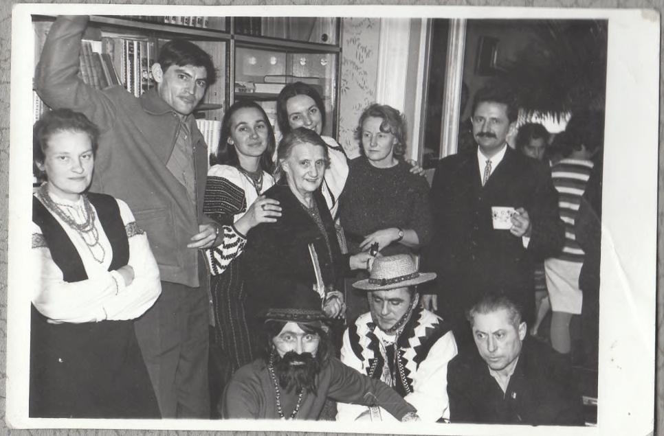 На фото: Василий Стус, Елена Антонив, Ирина Калинец, Мария и Анна Садовские