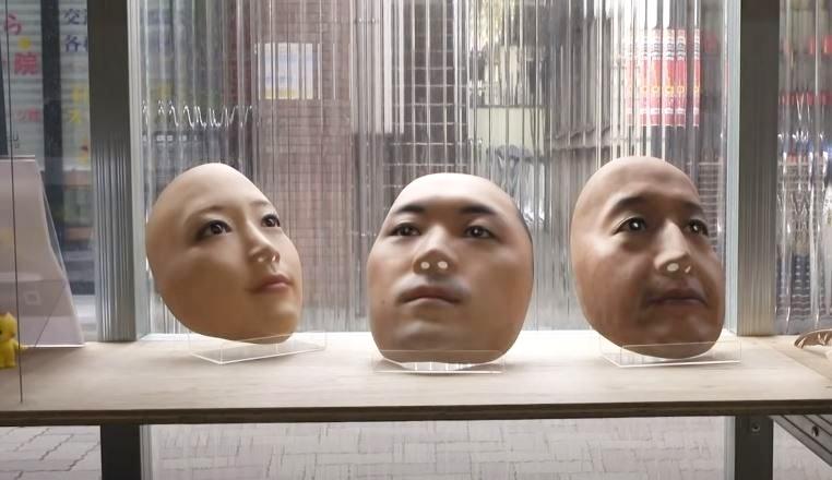 """маски людських обличь у бутіку театрального реквізиту """"Kamenya Omote"""" від Сукей Окавара 1"""
