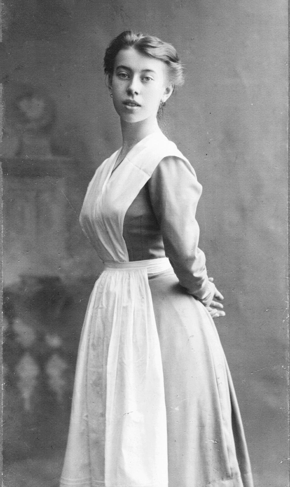 9-випускниця Імператорського театрального училища Б.Ніжінская в фартух, 1908 р АА