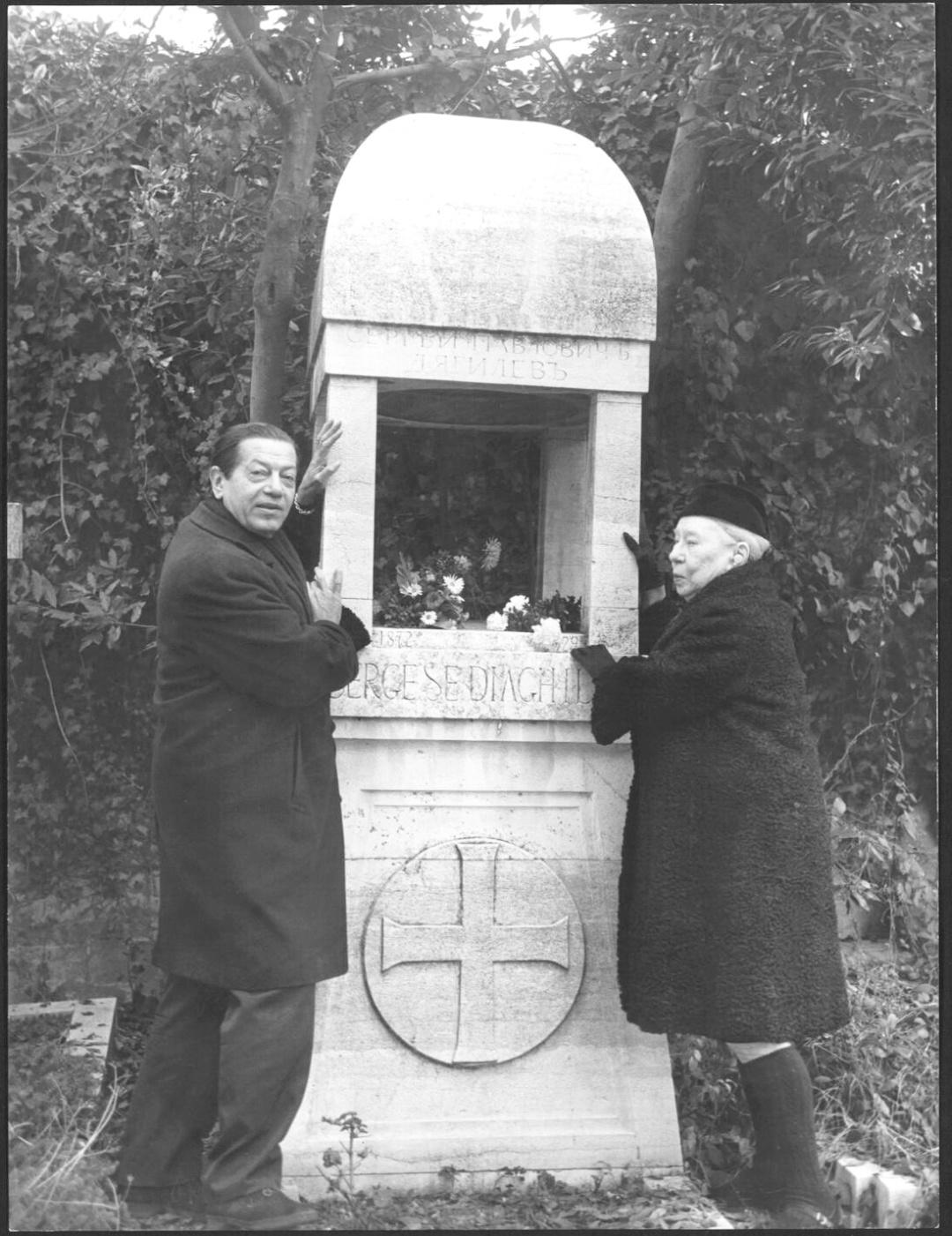 Серж Лифар і Броніслава Ніжинська на могилі Сергія Дягілєва, Венеція, 21 грудня 1970 р.