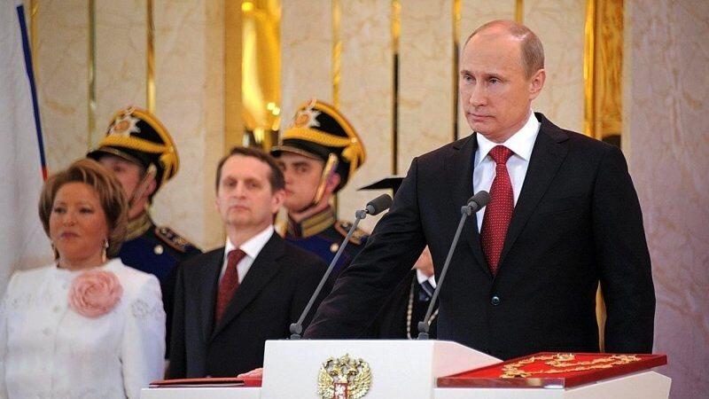 Сергій Наришкін дивиться на Володимира Путіна під час інавгурації останнього (Джерело)