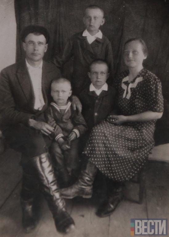 Українська родина Навального - дід та бабуся з синами