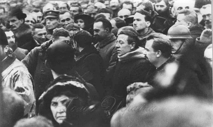 В центрі – Симон Петлюра, ліворуч від нього – Володимир Винниченко, в шоломі – Євген Коновалець