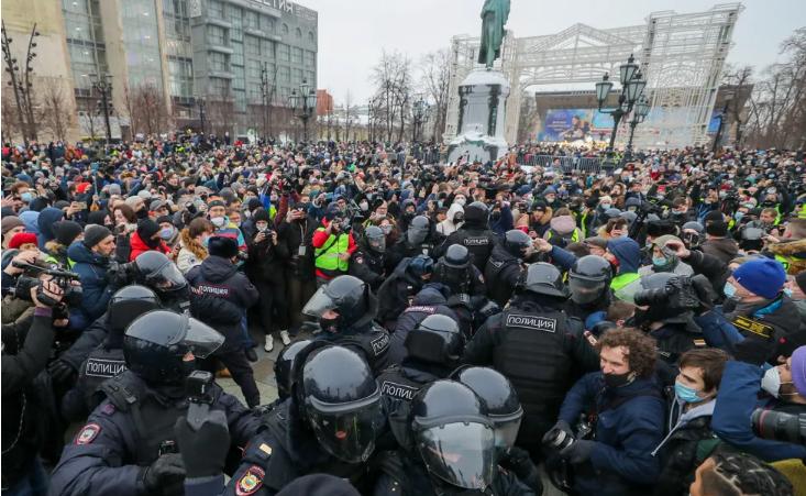 Акції в у майже 90 містах Росії пройшли за звичним сценарієм