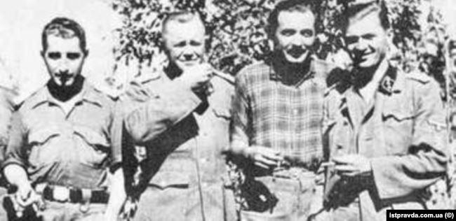 Аверкій Гончаренко (другий ліворуч) після успішного прориву частини дивізії «Галичина» з-під Бродів. 4 серпня 1944 року