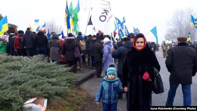 Ірина Кальченко з онуком під час вшанування героїв бою під Крутами