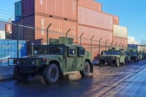 Estados Unidos entrega a Ucrania 20 Humvees nuevos y 80 barcos