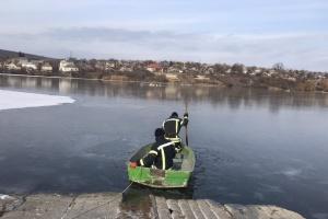 На Одещині рятувальники допомогли злетіти зграї лебедів, які вмерзли в кригу ставка