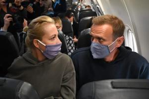 Навальный с женой сел в самолет на рейс до Москвы