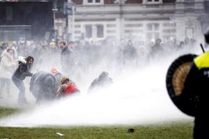 Поліція розігнала водометами антикарантинний протест в Амстердамі
