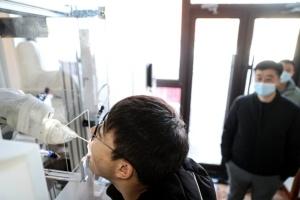 В Китае работы берут анализы на COVID-19