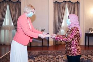 Новый посол Украины в Сингапуре вручила верительные грамоты президенту