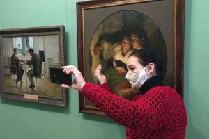 Як працівники Полтавської галереї відзначають день музейного селфі без відвідувачів
