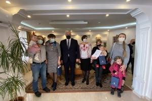 В Анкарі новонародженим українцям вручили вишиванки та паспорти