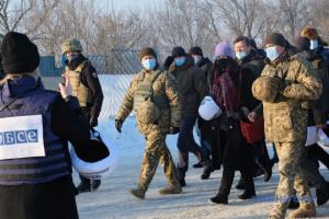 La presidenta en ejercicio de la OSCE visita el puesto de control de Zolote en el Donbás