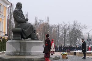 Руководители государства возложили цветы к памятнику Грушевскому