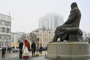 Erste Personen des Staates legen Blumen zum Denkmal von Hruschewskyj nieder