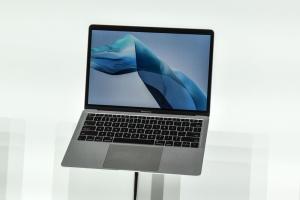Apple разрабатывает более легкую версию «воздушного» MacBook - СМИ