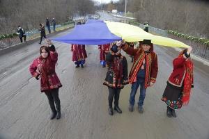 На межі Тернопільської та Хмельницької областей з'єднали 50-метровий прапор