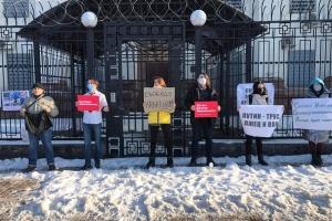 Возле посольства РФ в Киеве состоялась акция в поддержку Навального