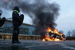 Підпалили автівки й пограбували супермаркет: у Нідерландах мітингували проти карантину