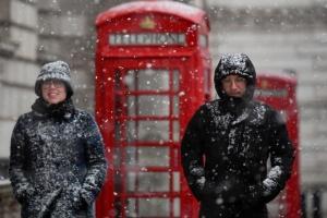 Чотири центри вакцинації у Британії закрили через снігопад