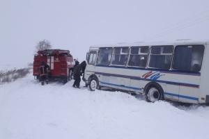 На Волині витягли зі снігового замету шкільний автобус з дітьми