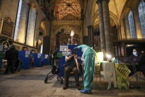 Щеплення під органну музику: собор у Солсбері став центром COVID-вакцинації