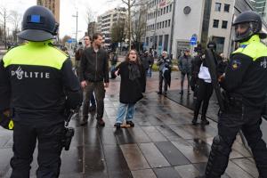 Протестующих в Нидерландах помогали усмирять футбольные фаны и волонтеры