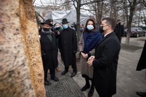 ゼレンシキー大統領、ホロコースト犠牲者追悼オブジェの除幕式に出席