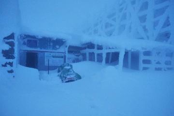 Un coup de blizzard ensevelit les Carpates sous la neige