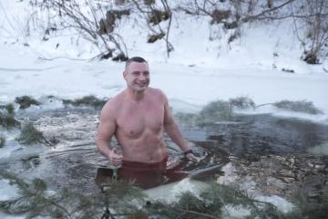 Klitschko se sumerge en un agujero de hielo