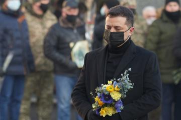 Zelensky honra la memoria de los defensores caídos del aeropuerto de Donetsk