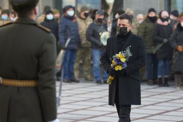 Zelensky a commémoré les défenseurs de l'aéroport de Donetsk