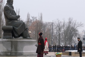 Líderes de Ucrania depositan flores en el monumento a Grushevsky