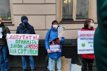 Activistas exigen la legalización del cannabis medicinal cerca de la Rada Suprema