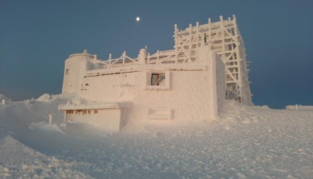 Обсерватория на горе Поп Иван полностью покрыта снегом и напоминает сказочный дворец