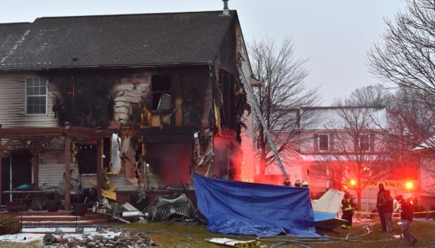 У США легкомоторний літак упав на будинок: троє осіб загинули
