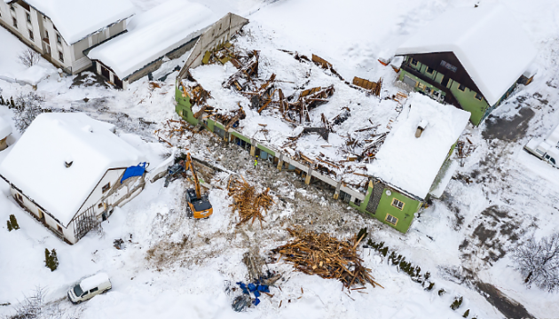 Заблоковані дороги і лавини: південь Австрії засипало снігом