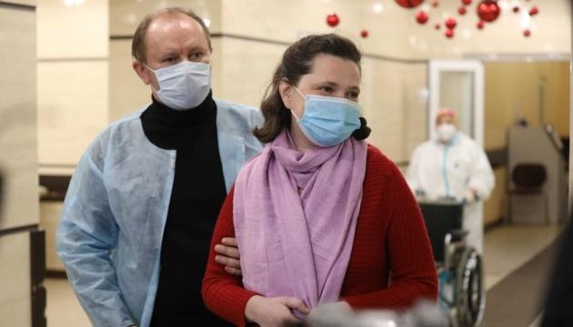 У Львові виписали з лікарні багатодітну матір, у якої COVID-19 уразив 90% легень