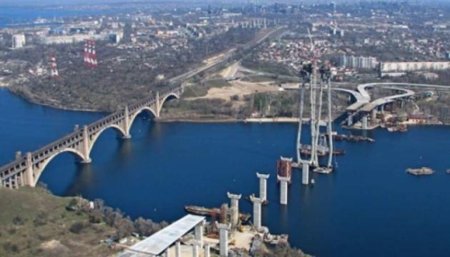 У Запоріжжя для будівництва мостів прибув найпотужніший у Європі плавучий кран