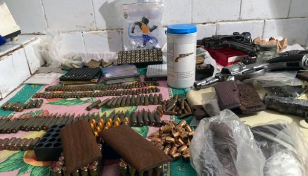 Поліція шукала у мешканця Слов'янська наркотики, а знайшла ще й арсенал