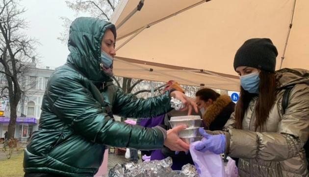 У Києві роздали різдвяні подарунки безхатькам та літнім людям