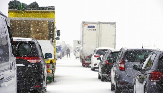 У Японії сніговий шторм накрив на трасі майже сотню автомобілів