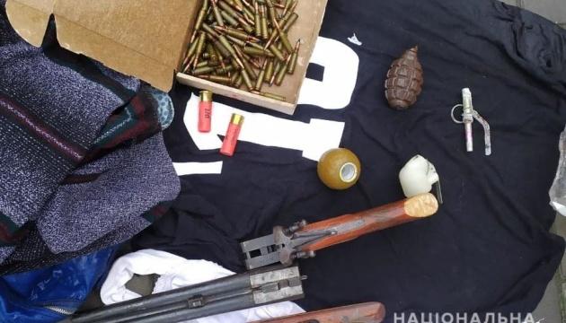 На Херсонщині у чоловіка прямо на вулиці знайшли зброю та гранати