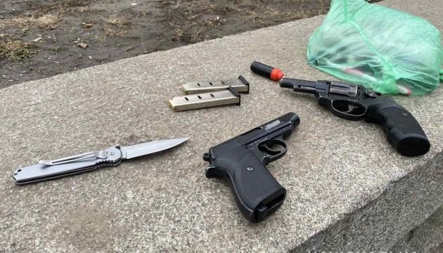 У Кременчуці затримали чоловіка, який погрожував перехожим пістолетом