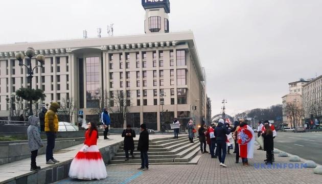 На Майдані утворили «ланцюг солідарності» з протестувальниками у Білорусі