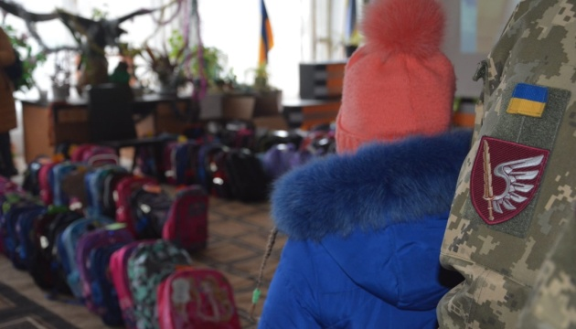 Діти військових з Миколаєва отримали різдвяні подарунки від сумівців з діаспори