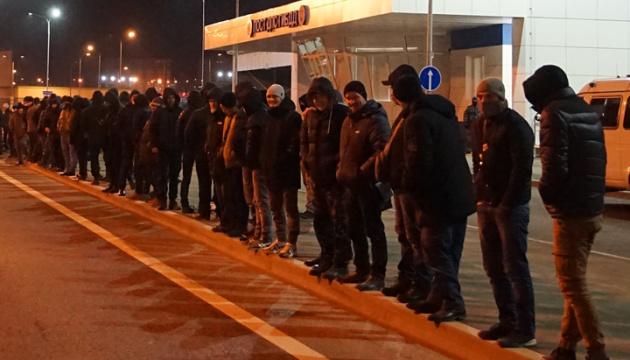 На Керченському мосту майже всю ніч утримували понад 100 кримських татар