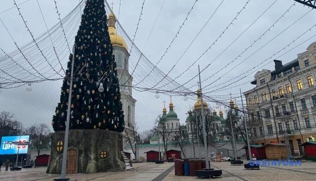 У Києві демонтують новорічні ялинки та святкові локації